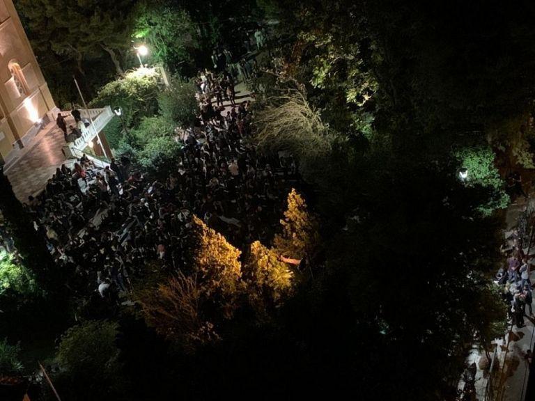 Κορωνοϊός : Η Αττική φλέγεται και χιλιάδες κάνουν πάρτι χωρίς μέτρα ασφαλείας | to10.gr