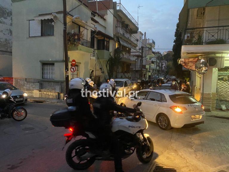 Θεσσαλονίκη : Επεισόδια με αστυνομικούς σε έλεγχο για συνωστισμό – Ένας τραυματίας | to10.gr
