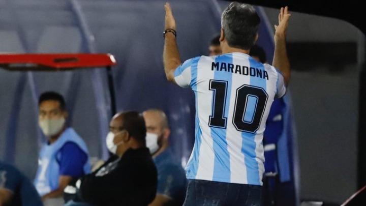 Ο Μαραντόνα τους ένωσε όλους : Βραζιλιάνος προπονητής φοράει τη φανέλα του (pic)   to10.gr