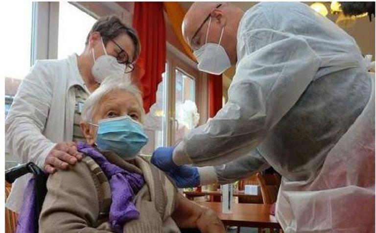 Γερμανία: Ηλικιωμένη 101 ετών που φιλοξενείται σε οίκο ευγηρία η πρώτη που εμβολιάστηκε   to10.gr