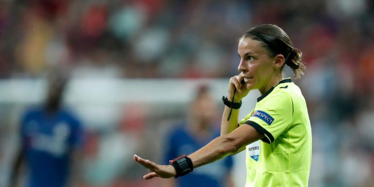Έγραψε ιστορία η Φραπάρ : Πρώτη γυναίκα διαιτητής στο Champions League! | to10.gr