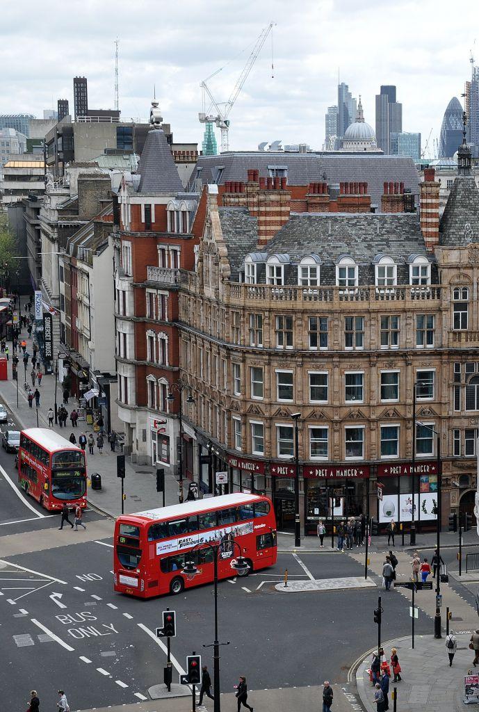 Λονδίνο : Μαχαίρια, μπουκάλια και σπαθιά σε οδομαχία 40 ατόμων   to10.gr