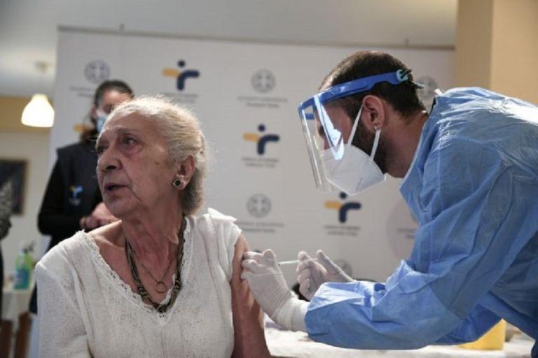 Ξεκινά τη Δευτέρα ο εμβολιασμός για άτομα άνω των 85 ετών | to10.gr