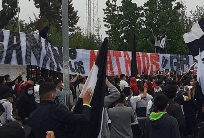 Ματς ζωής ή θανάτου: Το πανό οπαδών της Κόλο Κόλο έγραφε «Νικάτε ή σας σκοτώνουμε»   to10.gr