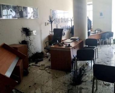 Επίθεση στο γραφείο του Αυγενάκη από υποστηρικτές του Κουφοντίνα | to10.gr