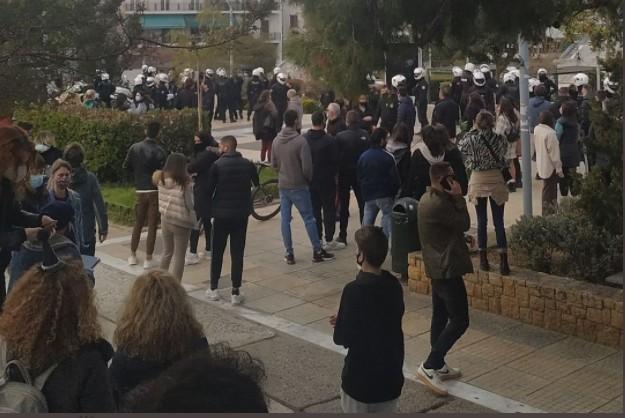 Επεισόδια με αστυνομικούς στην πλατεία της Νέας Σμύρνης (pics+vids) | to10.gr