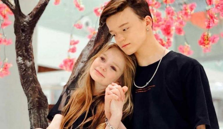 Χάθηκε η λογική : 8χρονη influencer έκανε δεσμό με 13χρονο με τις ευλογίες της μαμάς της | to10.gr