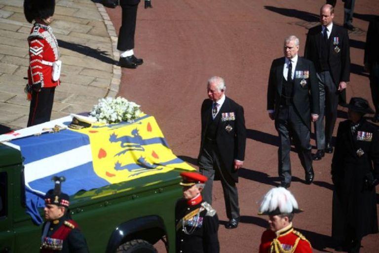 Η ελληνική σημαία που συνόδευσε τον πρίγκιπα Φίλιππο στην τελευταία κατοικία του | to10.gr