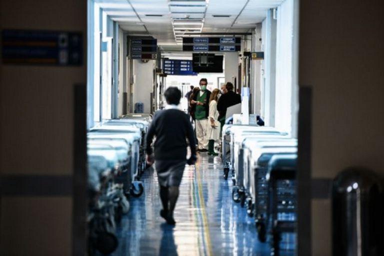 «Λυγίζουν» υπό το βάρος της πανδημίας τα νοσοκομεία – Ουρές ασθενοφόρων, γεμάτες οι ΜΕΘ   to10.gr
