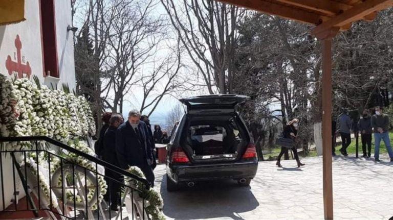 Γιώργος Καραϊβάζ : Θρήνος στο τελευταίο αντίο στον δημοσιογράφο | to10.gr