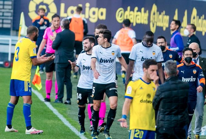 Η Βαλένθια έφυγε από το γήπεδο για ρατσιστική επίθεση σε παίκτη της (vid)   to10.gr