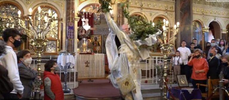 Χίος: O «ιπτάμενος» ιερέας έκλεψε και πάλι την παράσταση στην πρώτη Ανάσταση (vids) | to10.gr