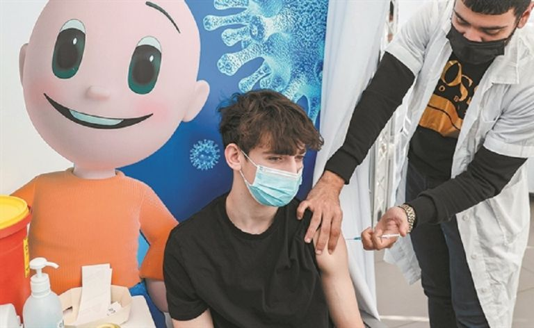 Πότε θα εμβολιαστούν οι έφηβοι – Επιφυλάξεις επιστημόνων, τι δείχνουν οι δοκιμές | to10.gr