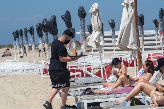 «Πλημμύρισαν» κόσμο οι οργανωμένες παραλίες σε Αττική και Θεσσαλονίκη – Βουτιές με αποστάσεις και μέτρα | to10.gr
