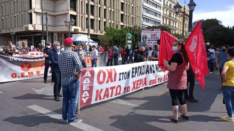 «Κάτω τα χέρια από το 8ωρο» – Μαζικές οι απεργιακές συγκεντρώσεις στην Αθήνα | to10.gr