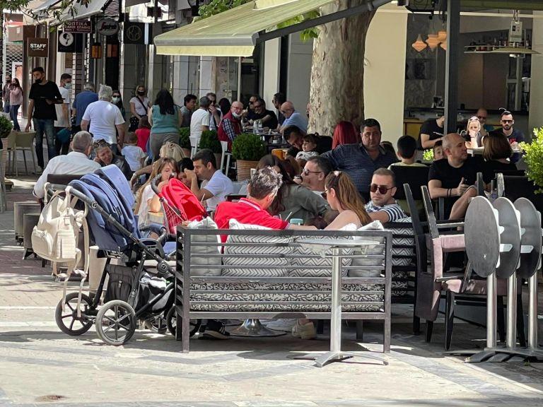 Λάρισα: Δεν πρόλαβαν να… ανοίξουν και σφύζουν από κόσμο οι καφετέριες | to10.gr