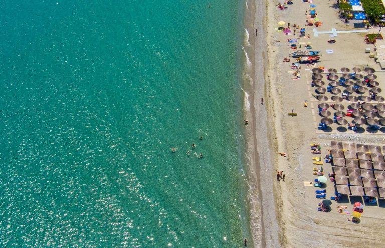 Παραλίες στην Αττική με τιμές… Μυκόνου – Έως και 160 ευρώ για δυο ξαπλώστρες! | to10.gr