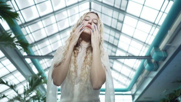 Ιωάννα Γκίκα: Ποια είναι η τραγουδίστρια με τη θεϊκή φωνή που άνοιξε το show του Dior (pic)   to10.gr
