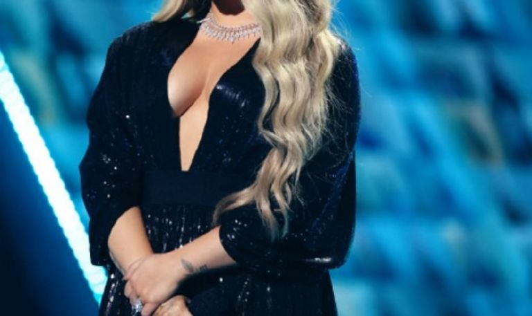 Πασίγνωστη τραγουδίστρια γύρισε την πρώτη της ερωτική σκηνή και το… γιορτάζει με μια «καυτή» φωτογραφία   to10.gr