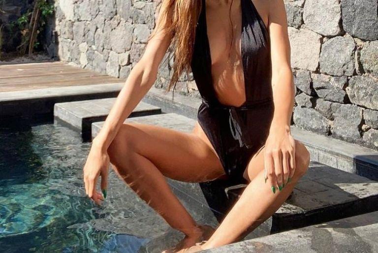 Ελληνίδα παρουσιάστρια ποζάρει με αποκαλυπτικό μαγιό και προκαλεί αναστάτωση | to10.gr