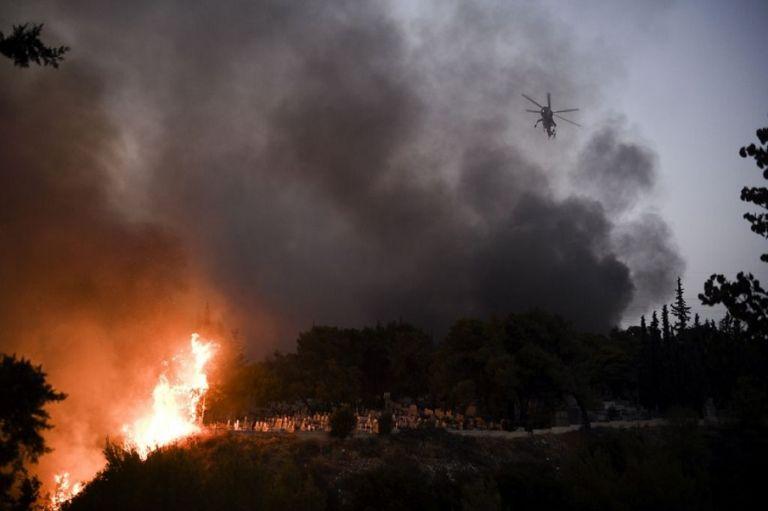 Φωτιά στη Βαρυμπόμπη – Η πύρινη λαίλαπα από τα μάτια του ξένου Τύπου | to10.gr