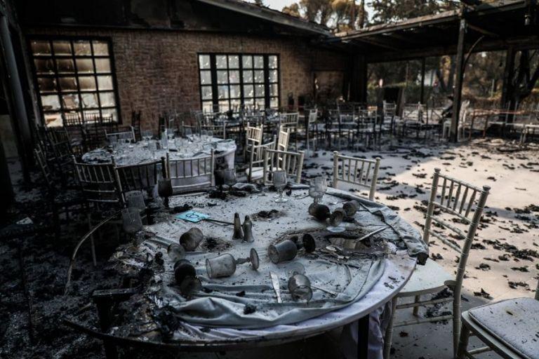 Φωτιά στη Βαρυμπόμπη – 80 σπίτια και δεκάδες αυτοκίνητα παραδόθηκαν στις φλόγες | to10.gr