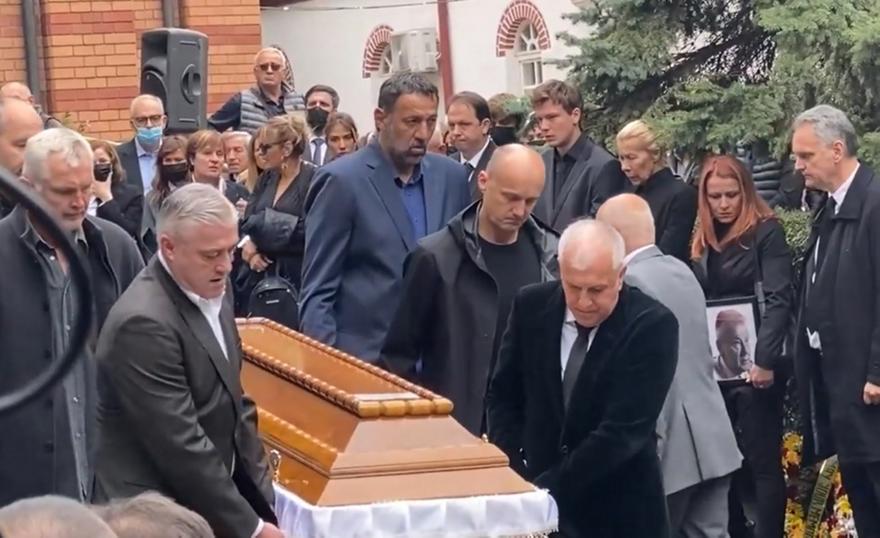Σπαρακτικές στιγμές στο Βελιγράδι – Ομπράντοβιτς, Ντανίλοβιτς, Ράτζα κουβαλούν το φέρετρο του Ίβκοβιτς